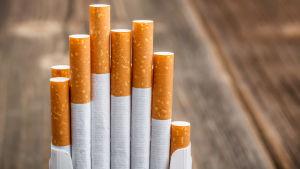 Några cigaretter som oregelbundet sticker upp ur sin ask