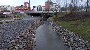 Vedet ovat korkealla lauhan ja sateisen talven takia. Myös Viinikanojassa Tampereella.