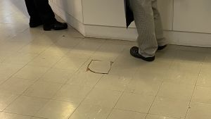 Hål i golvet i matsalen i skolan