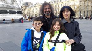 Pappa Ruben, mamma Helena, barnen Martin och Flavia från Madrid, önskar att den franska lagen exporteras till Spanien. -Den verkar förståndig, säger de när vi träffas på Place de la République i Paris.