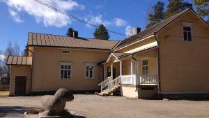 Före detta Djupsjöbacka skola i Kronoby.