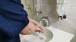 Sairaanhoitaja pesee käsiään