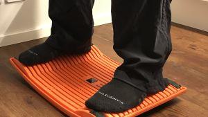 två fötter på en aktiveringsbräda