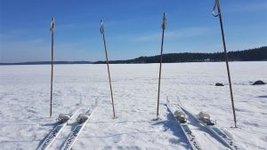 Sukset ja sauvat järven jäällä.