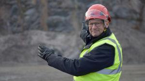 Mika Wiljanen pekar mot ett berg.