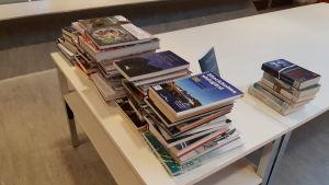 Nya böcker på ett bord i Ekenäs bibliotek.