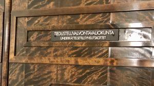 Underrättelsetillsynsutskottets stängda bruna dörr i riksdagshuset.