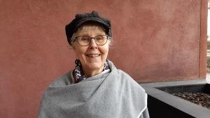 Författaren Birgitta Boucht vid ingången till sitt hem i Folkhälsans hus vid Mannerheimvägen under Covid-19 tider sista veckan i mars 2020.