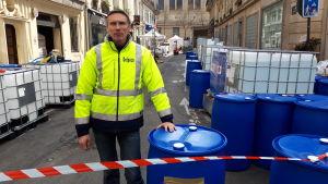 Apotekaren Fabien Bruno basar över produktionen av handspriten som sker ute på gatan. Hans apotek Delpech hade inte tillräckligt med lokaler för tillverkningen.
