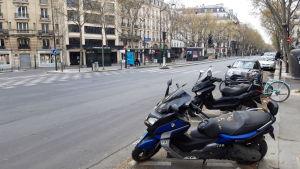 Strax intill ligger världsberömda boulevarden Boulevard Saint-Germain som vanligtvis är livlig dygnet runt. I och med de hårda franska restriktionerna att gå ut ligger den tom och öde.