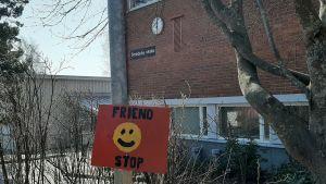 Skylt där det står Friend stop. Elever som saknar vänner kan ställa sig vid skylten för att visa att man önskar sällskap.