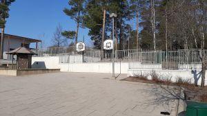Tom korgbollsplan vid Finno skola i Esbo på grund av coronaepidemin och stängda skolor.