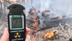 Strålningsmätning i ett brandområden i närheten av kärnkraftverket i Tjernobyl