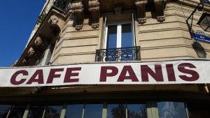 Ett kafé i närheten av Notre-Dame de Paris