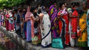Kvinnor köar för matpaket i Guwahati 10.4.2020