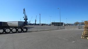 En del av Hangö hamn en solig vårdag med knallblå himmel. Hamnen är nästan tom på varor och fordon, vilket är ovanligt. (coronapandemi).