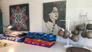 Knapptavlor, lapptäcken och getingskrämmor som Annika Baarman-Sundblom har gjort