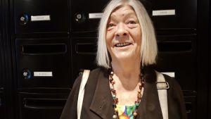Pensionären Michèlle Lefebvre är guide för turister. Hon har alltid en 1,5 liter stor vattenflaska i handväskan under turerna.