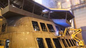 Fartygssektion monteras på skeppsvarv.