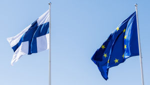 På bilden syns EU:s och Finlands flaggor.