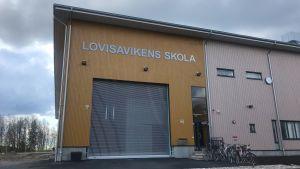 Lovisavikens skola på våren just före ett oväder.