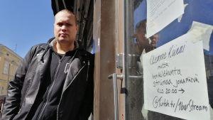 Mika Luosujärvi nojaa työpaikkansa 1barin seinustaan.