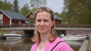 Planläggningschef Minna Penttinen i småbåtshamnen i Ingå.