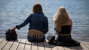 Två kvinnor på kajkant