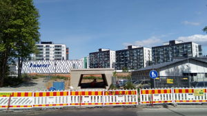 Tampereen Tesomalla uusi kevytliikenteen alikulkusilta on valettu rautatien vieressä ja työnnetään liikennekatkon aikana paikalleen.