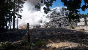 Pelastuslaitos sammuttaa Jämsässä Myllymäen teollisuusalueella syttynyttä suurta tulipaloa.