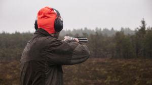 Henrik Holmberg skjuter.