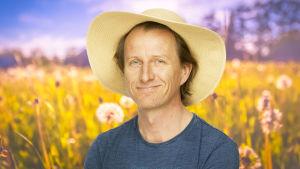 Tobias Zilliacus iklädd en stor solhatt på en sommaräng.