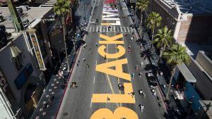 Texten Black Lives Matter målad på en gata