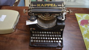 Gammal skrivmaskin på ett loppis