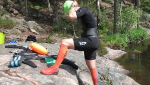 Eva-Lotta Backman klär på sig utrustning för att simma i öppet vatten.