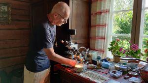 Tuomo Kuitunen esittelee mikroskooppejaan