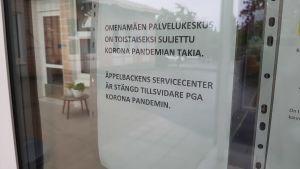Text i fönstret om att Äppelbackens servicecenter är stängt på grund av coronapandemin.