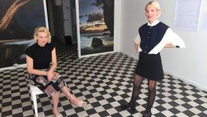 Två kvinnor i ett galleri. Konstnärerna Tia Hassinen och Helena Aleksandrova.