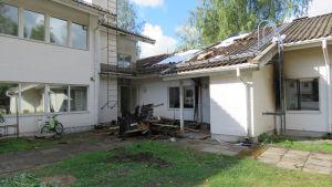 EN eldsvåda förstörde en lägenhet i det så kallade Sparbankshuset i Tenala.