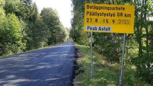 Täktervägen asfalteras. På en skylt står det att det sker mellan den 27.8 och 15.9 2020.