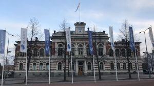 Flaggor i flaggstångar utanför Jyväskylä stadshus.