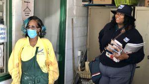 Företagaren Cathie Ewing i Cleveland står bredvid en brevbärare.