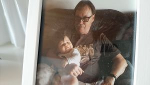 Leif Lindell med sitt barnbarn.