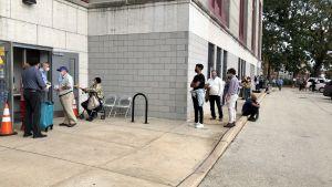 Väljare köar för att förhandsrösta i Philadelphia den 19 oktober 2020.