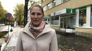 Visit Ålands kvinnliga vd framför turistbyrån i Mariehamn