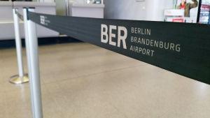 Avspärrningsband inne i terminalen vid flygplatsen Berlin-Tegel