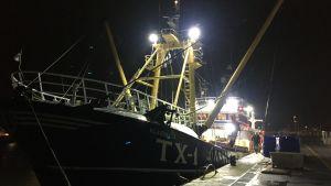 Fartyget TX1 i hamnen i den nederländska staden Den Helder. Det är tidig morgon och mörkt ute.
