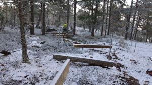 En spång i trä byggs i naturen i Bergvalla.