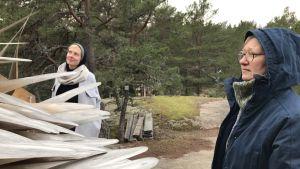 Sandra Nyberg och Pia Rousku beundrar ett konstverk på Barfotastigen i Korpo