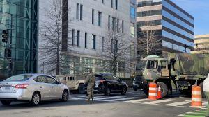 Soldater kontrollerar bilar